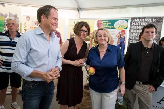 Oberbürgermeister Dr. Eckart Würzner, Brigitte Schindzielorz (Umweltakademie Baden-Württemberg) und Ministerin Theresia Bauer im Naturerlebniszelt der Umweltakademie (vlnr)