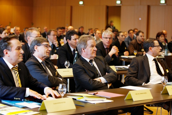 Fachsymposium zur ressourcenschonden Bauwirtschaft mit Claus-Peter Hutter, Prof. Dr. Jürgen Schnell, Umweltminister Franz Untersteller und Martin Eggstein (v.l.n.r.) / Foto: Susanne Kraufmann