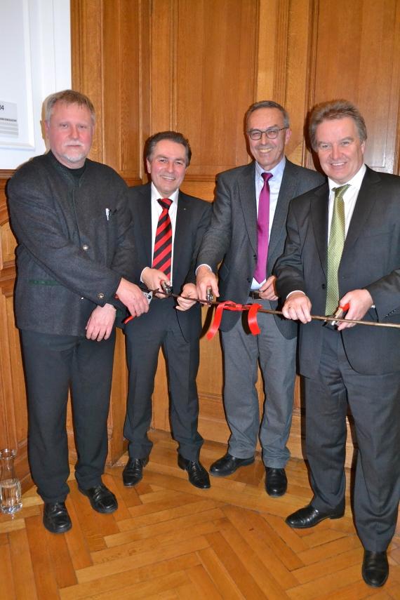 Foto (von rechts nach links): Minister Franz Untersteller, Dr. Günter Bäder, Claus-Peter Hutter und Rolf Heinzelmann