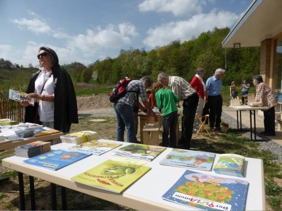 Besucher bauen Nistkästen beim Aktionstag