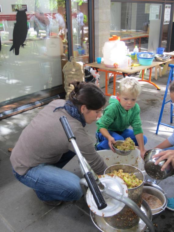 Kleine Besucher pressen Äpfel - Foto: Kagerer