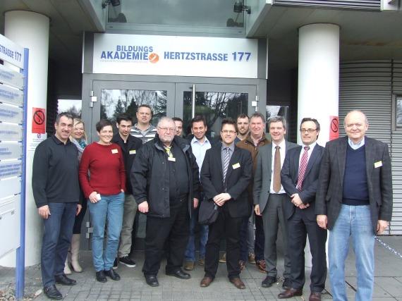 """Teilnehmer des Qualifizierungskurses """"Kraft-Wärme-Kopplung – Kompetenz für den Wärme- und Energiemarkt von heute und morgen"""" in Karlsruhe/Foto: F. Link"""
